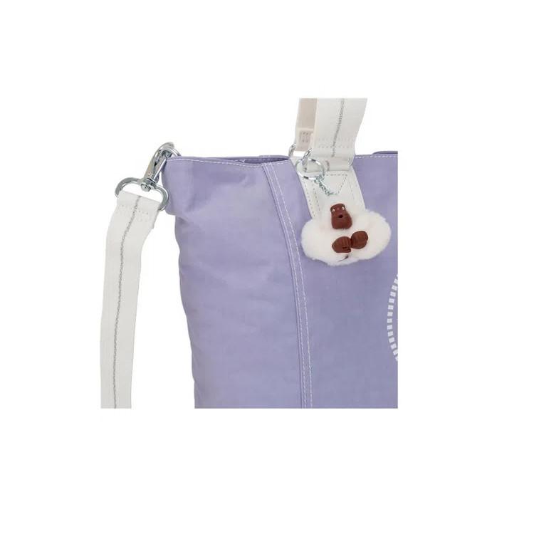 bolsa-de-ombro-kipling-shooper-c-lilás-detalhe-chaveiro