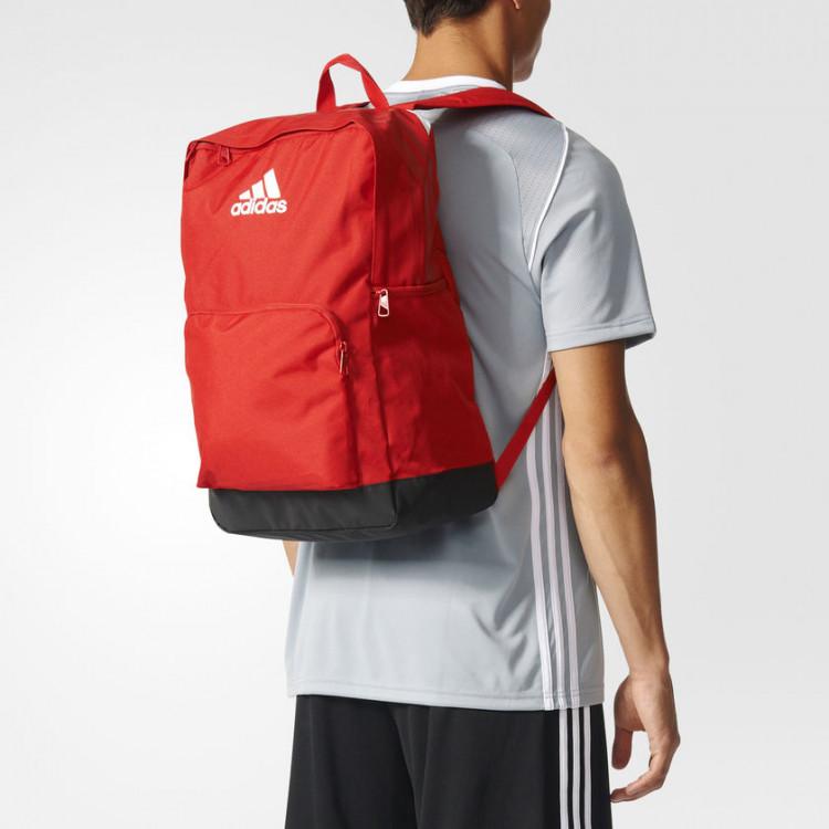 mochila-adidas-tiro-vermelha-detalhe-nas-costas